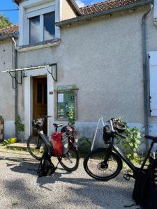 Vélos Moustache devant maison forestière des charbonnières