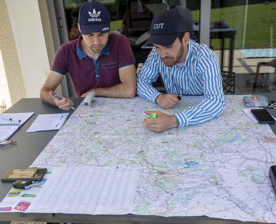 Théo et Johann analysant une carte