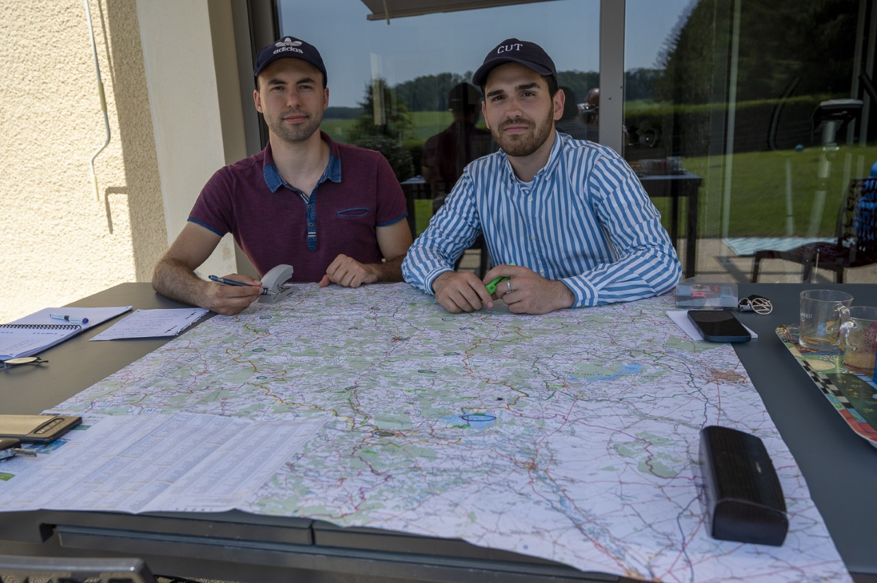 Théo et Johann posant devant une carte de la Haute-Marne